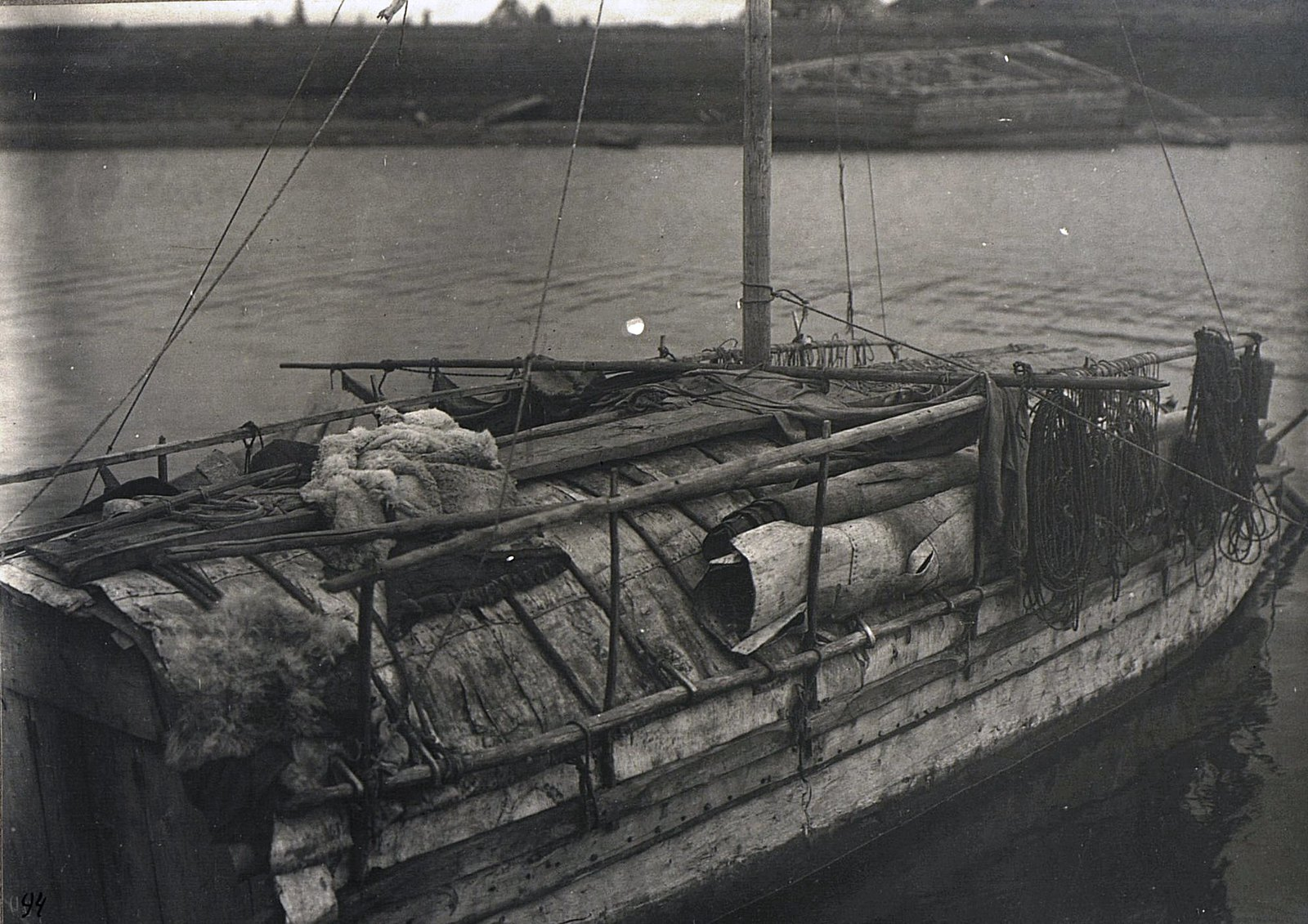 Вид на палубу лодки, идущей на зимовку