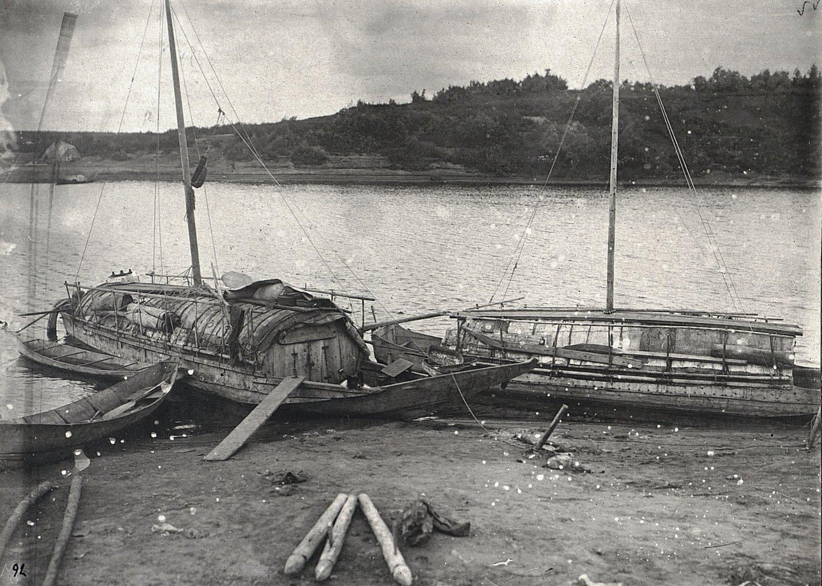 Вид на две крытые лодки