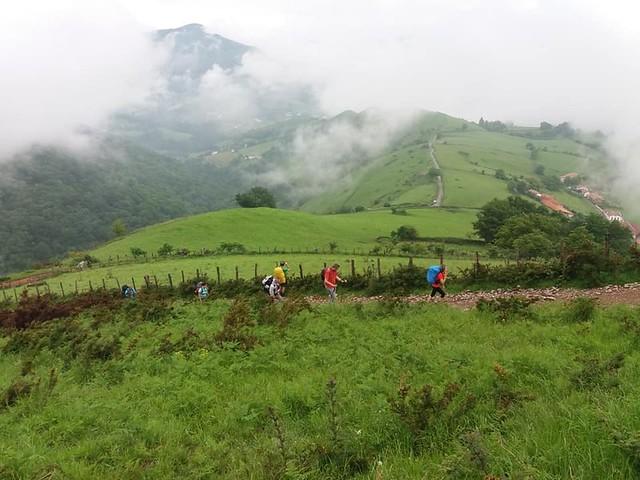 Peregrinos realizando El Camino de Santiago