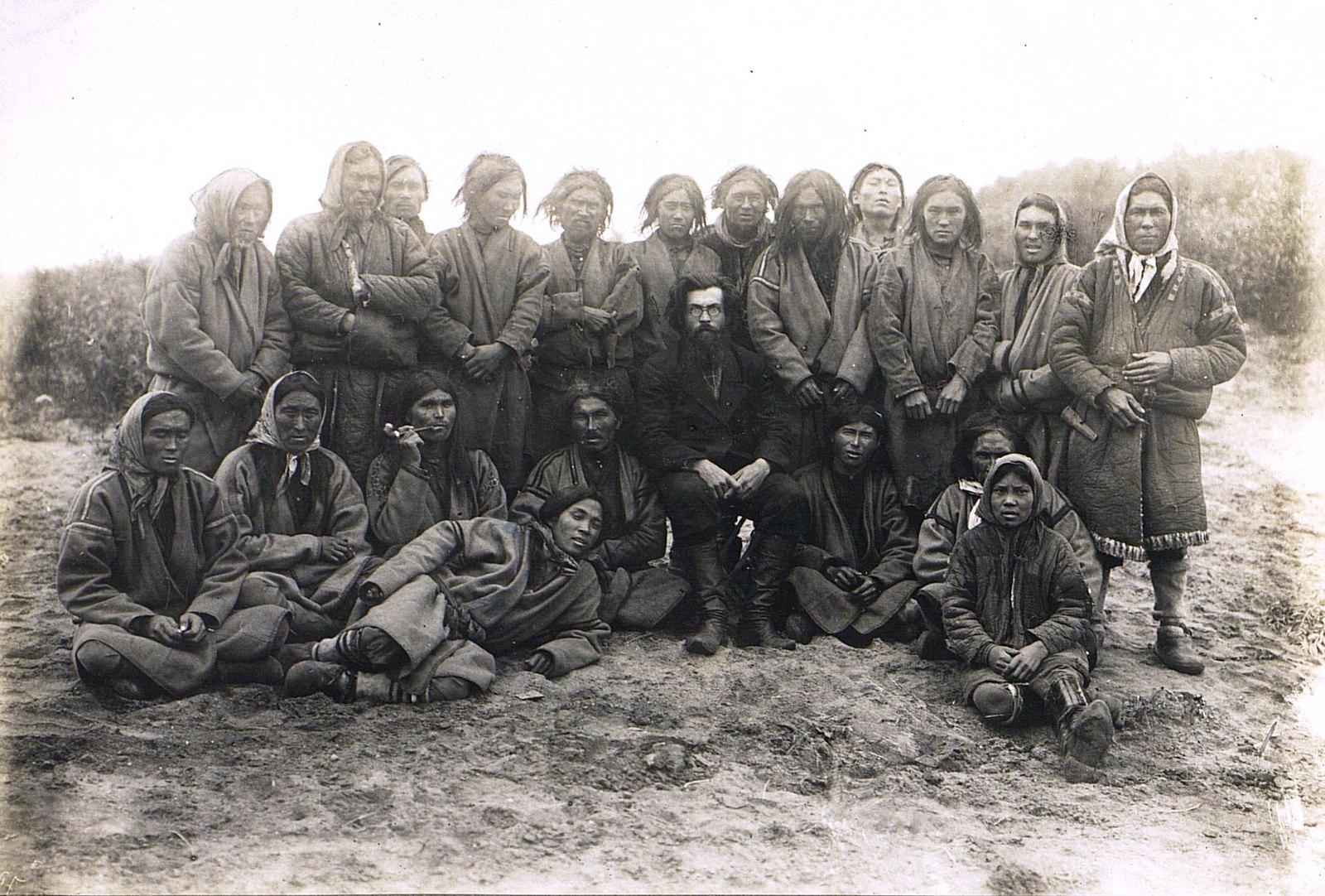 Групповой портрет местных жителей с В.И. Анучиным