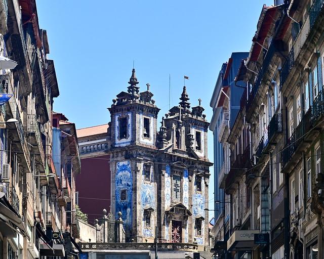 Iglesia de San Ildefonso desde la Rua 31 de Janeiro en Oporto