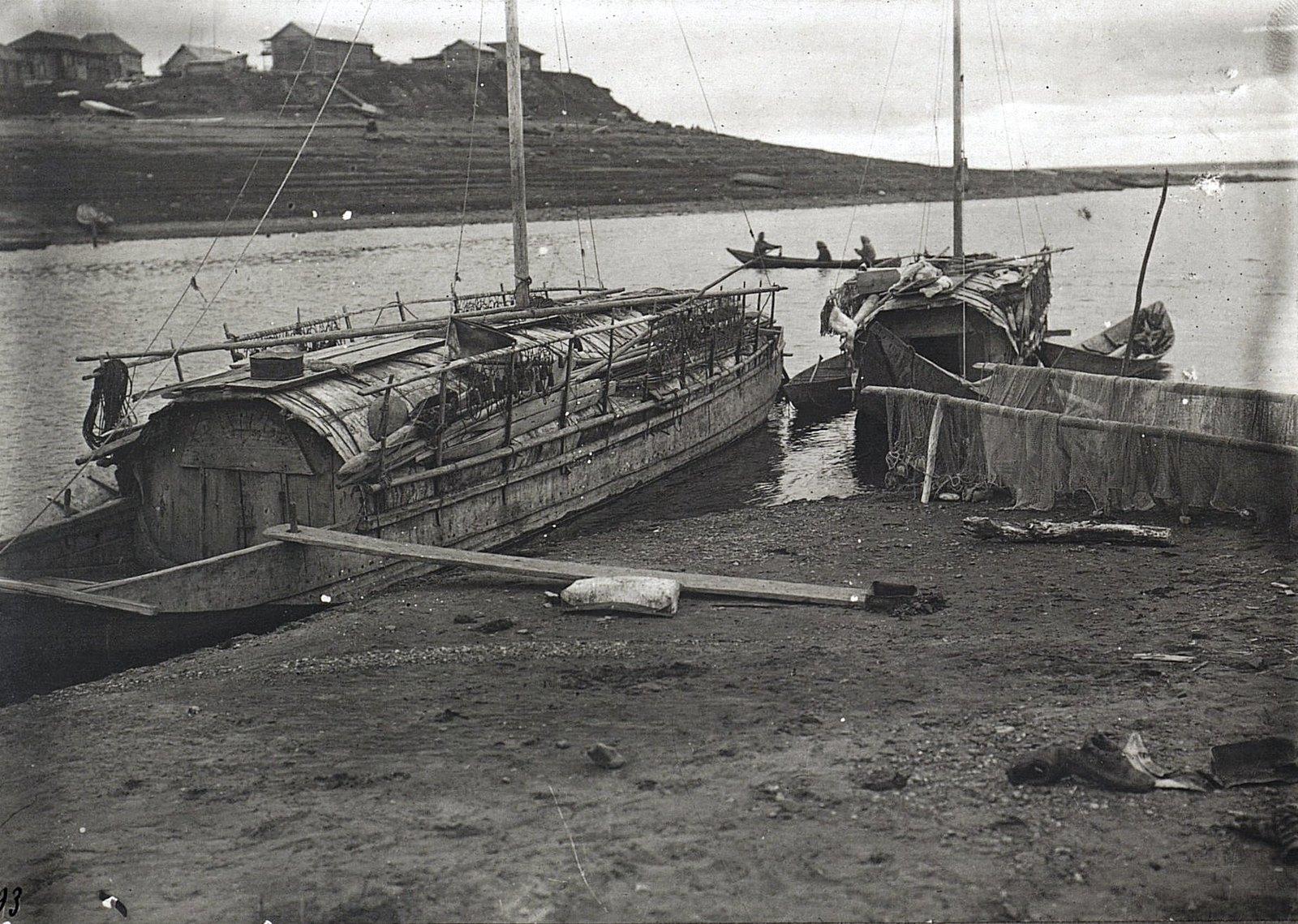 Вид на две крытые лодки.