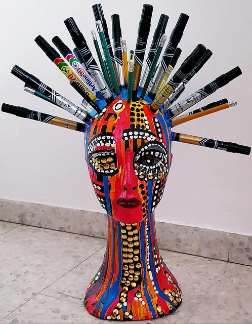 פסל דמות קלקר צבעי מרקר עפרונות נעצים בצבע זהב מצויר בצבעי אקריליק מירית בן נון