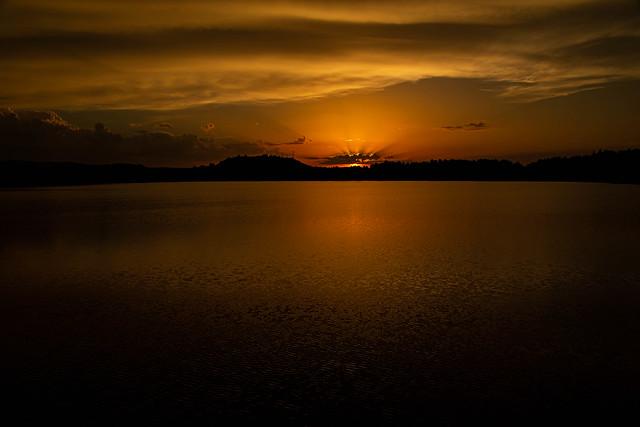 Coucher de soleil sur le Lac du Pêcher (Cantal)