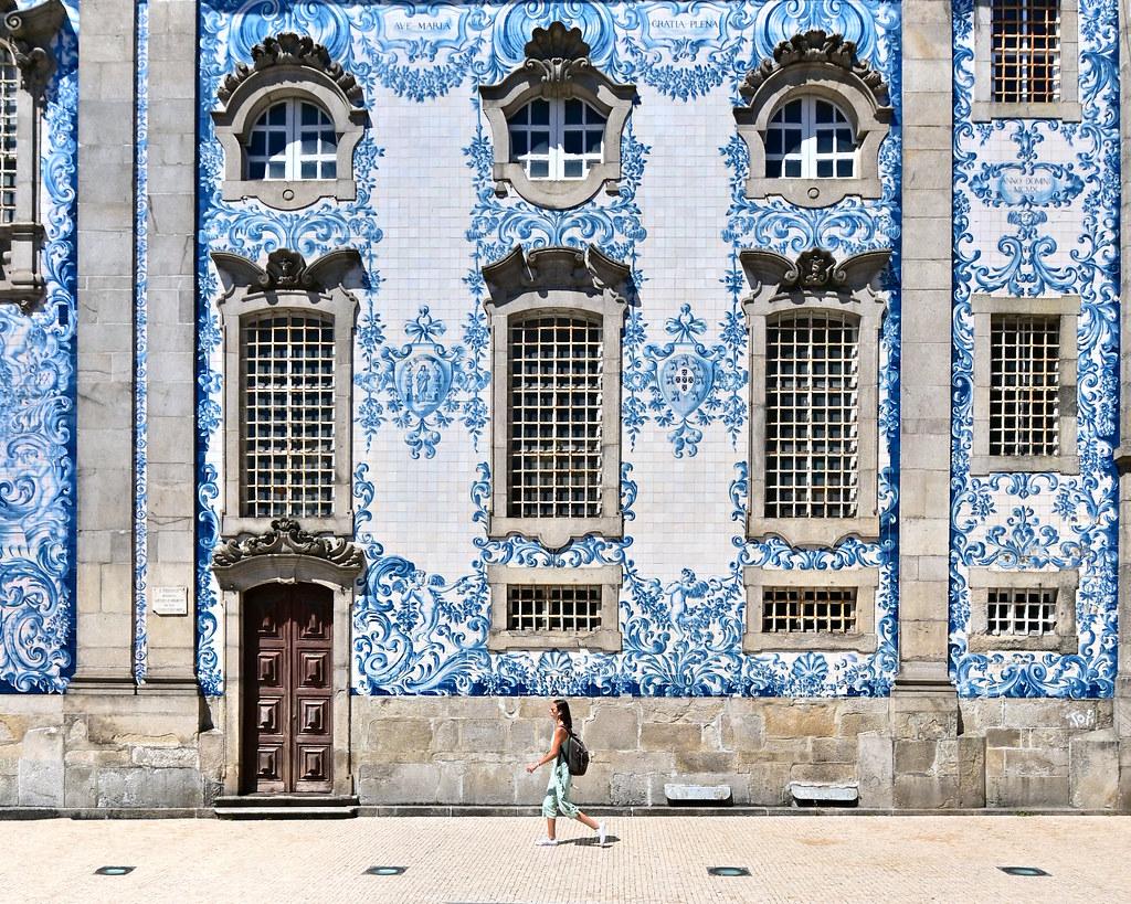 Fachada de azulejos de la iglesia del Carmen