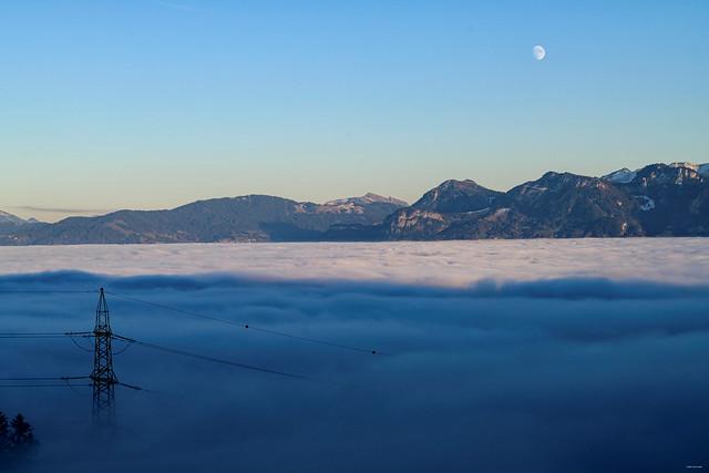 Mond über dem Nebel