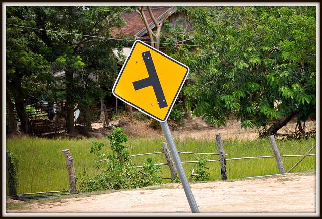 C'est par là ou par là ? Rue du Cambodge .