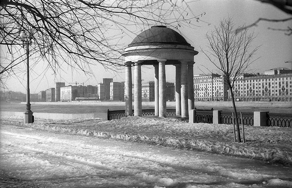 1950-е. Вид на Крымский мост и беседку Казакова в ЦПКиО им. Горького