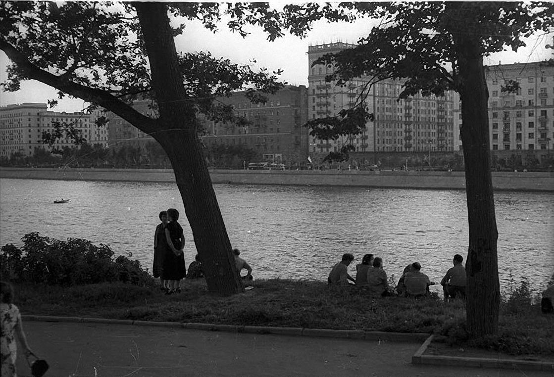1950-е. В парке Горького на берегу Москвы-реки. ЦПК и О им. Горького