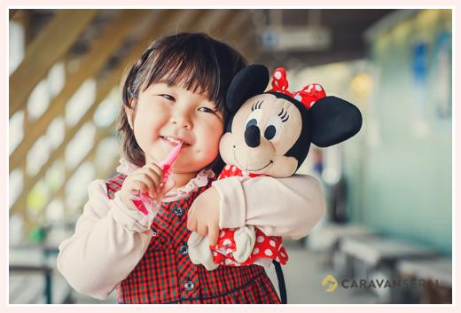 大好きなミニーマウスのぬいぐるみを持った女の子