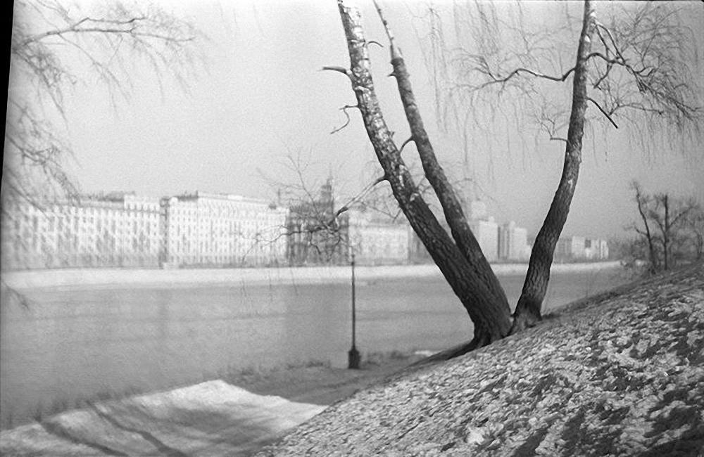 1950-е. Вид на Фрунзенскую набережную из ЦПКиО им. М. Горького