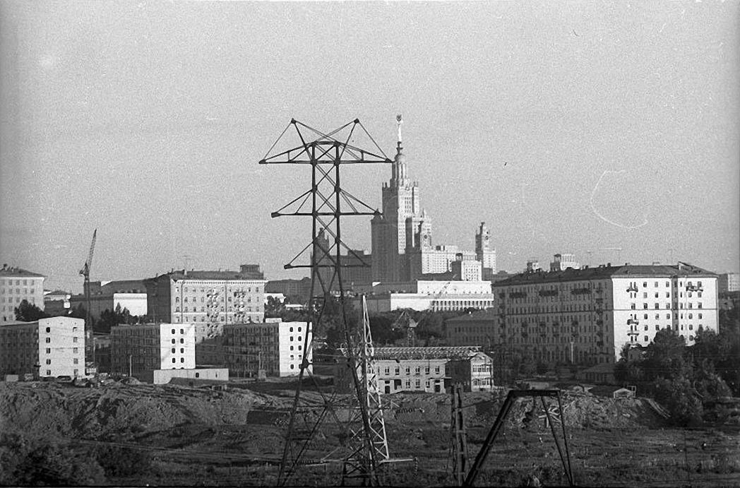 1950-е. Вид на высотное здание МГУ. Район Поклонной горы.