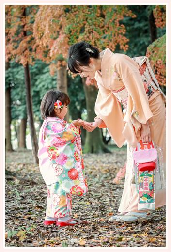 七五三 ママにドングリを渡す3歳の女の子