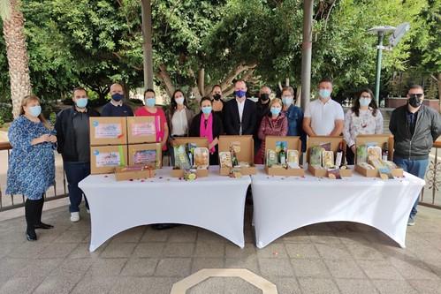 Foto de familia de los representantes institucionales y productores-as participantes en los lotes navideños