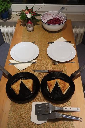 Grilled Cheese Toast zu Rotkohl-Möhren-Apfel-Salat (Tischbild)