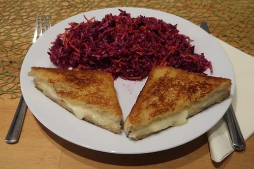 Grilled Cheese Toast zu Rotkohl-Möhren-Apfel-Salat (mein Teller)