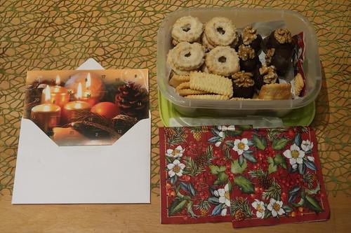 Weihnachtsgebäck und Marzipan-Aprikosen-Pralinen von meiner Mutter (pünktlich zum ersten Adventswochenende)