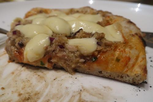 Pizza Tonno (angeschnitten)