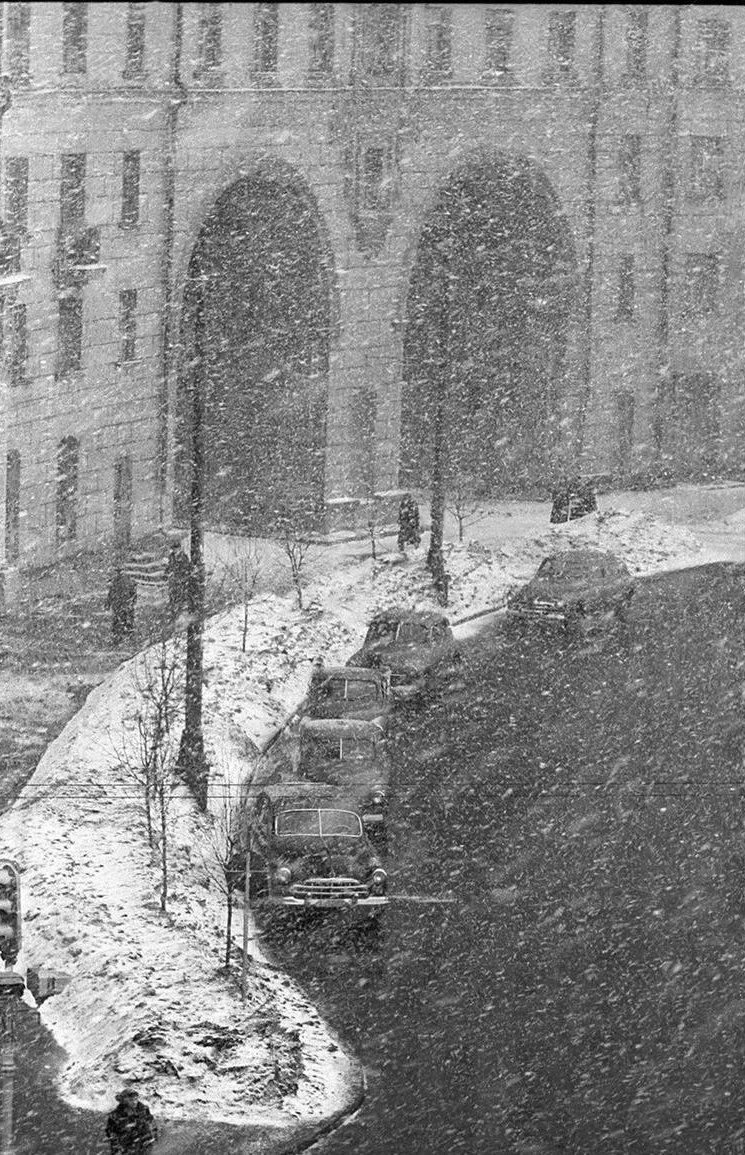 1960-е. Снег идет. 3. Арка жилого дома (Ленинский проспект, 37)
