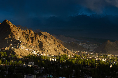 dramatic dramaticvista landscapedrama landscapes leh sunsetlights cuttingthrough