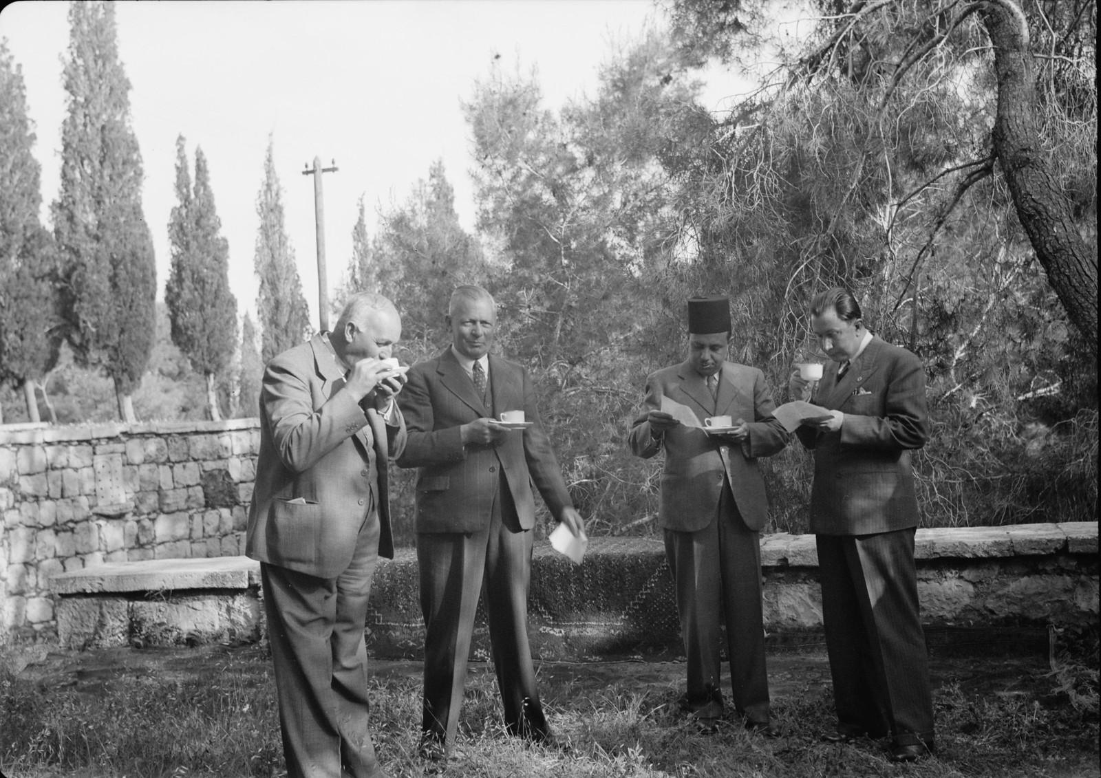 16. Подают чай, справа налево генеральный консул Турции, вице-консул Египта, г-н Бейли, Рухи Бей