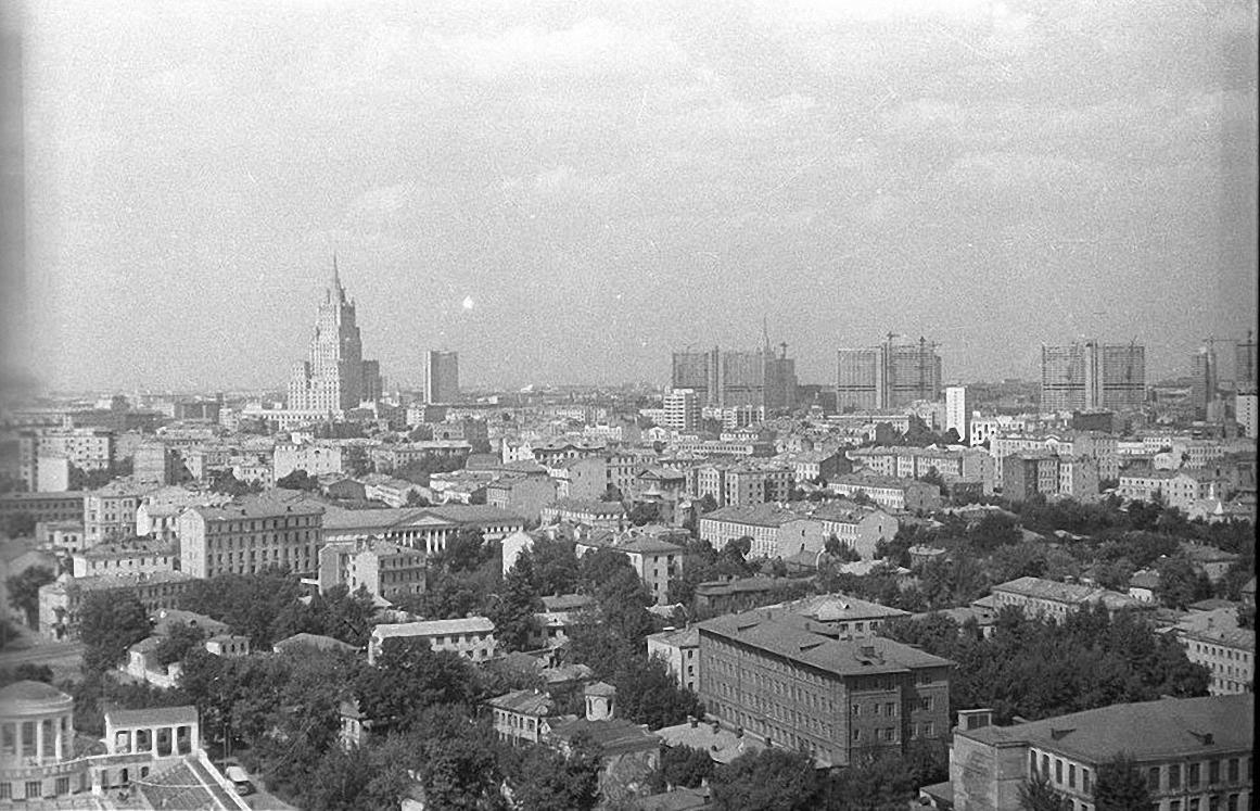 1960-е. Вид с борта вертолета на ул. Остоженка, Кропоткинская, проспект Калинина. Фото сделано над Кропоткинской