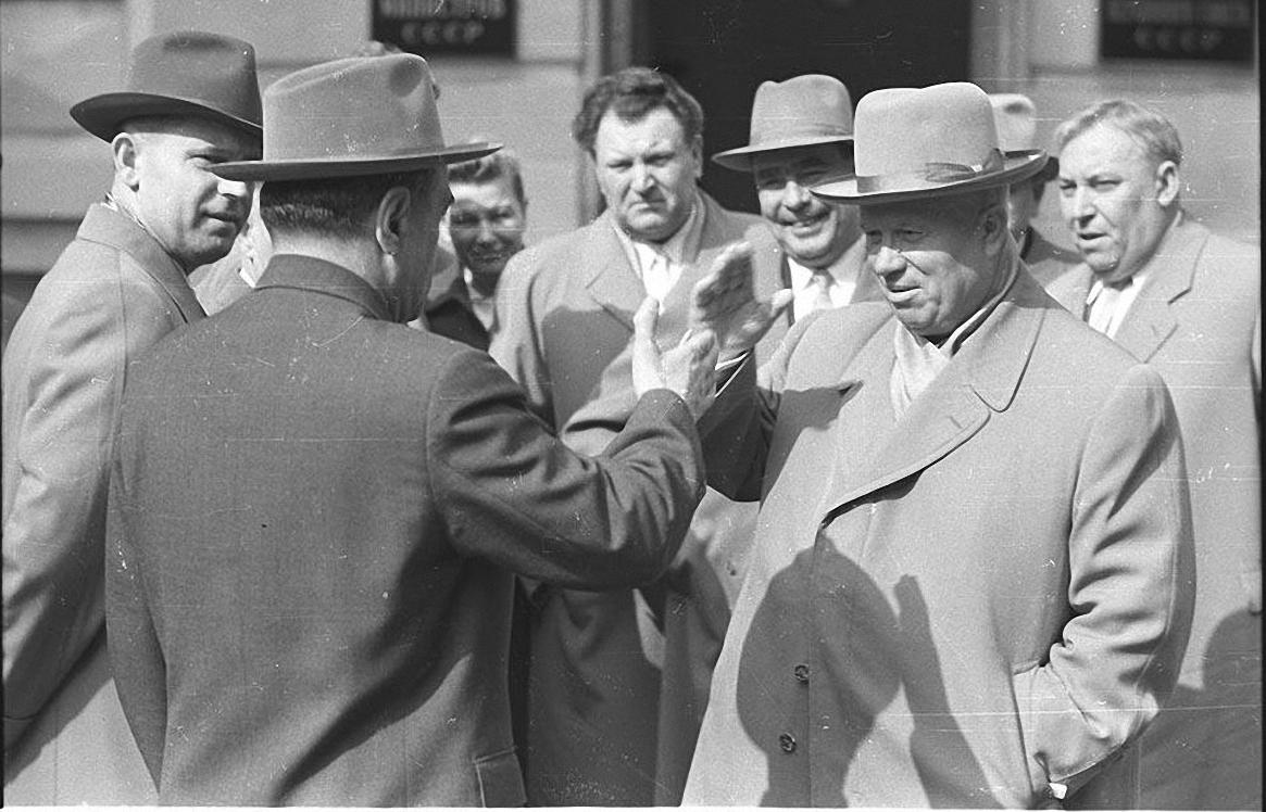 1960-е. Н.С.Хрущев и его окружение приветствуют друг друга у здания Совета Министров СССР