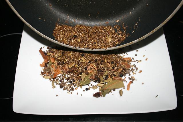 08 - Put spices on plate / Gewürze auf Teller geben