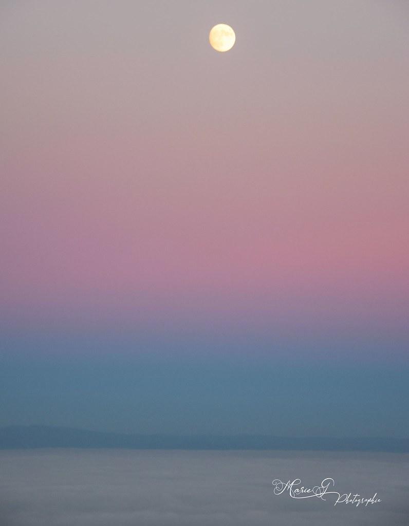 Magnifique lune ce soir au dessus des nuages.