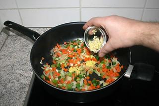 22 - Add garlic / Knoblauch addieren