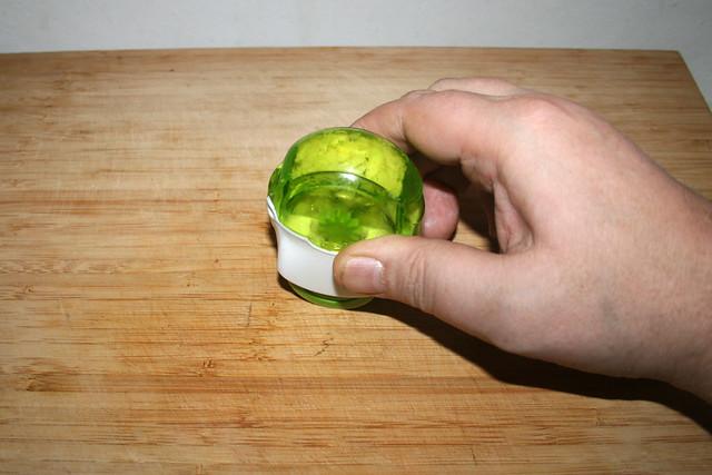 05 - Mince garlic / Knoblauch-zerkleinern