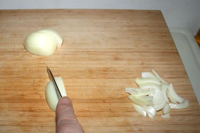 04 - Cut onion in stripes / Zwiebel in Spalten schneiden