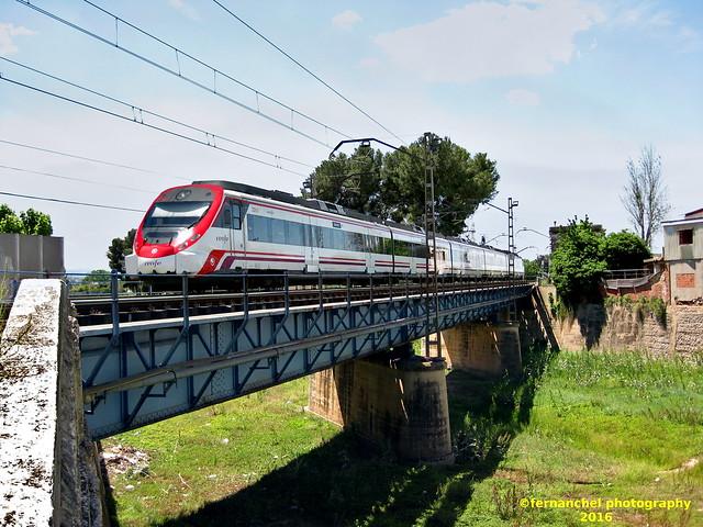 Tren de cercanias de Renfe (Línea C-2) cruzando el puente sobre el río Magro. ALGEMESI (Valencia)