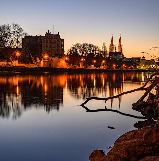 Blaue Stunde an der Donau in Regensburg