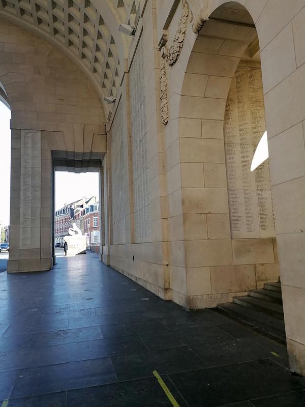 Entradas dentro de la Puerta de Menin