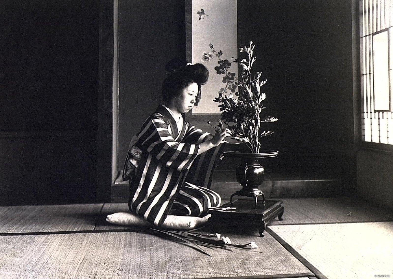 18. Женщина за составлением букета. Префектура Токио