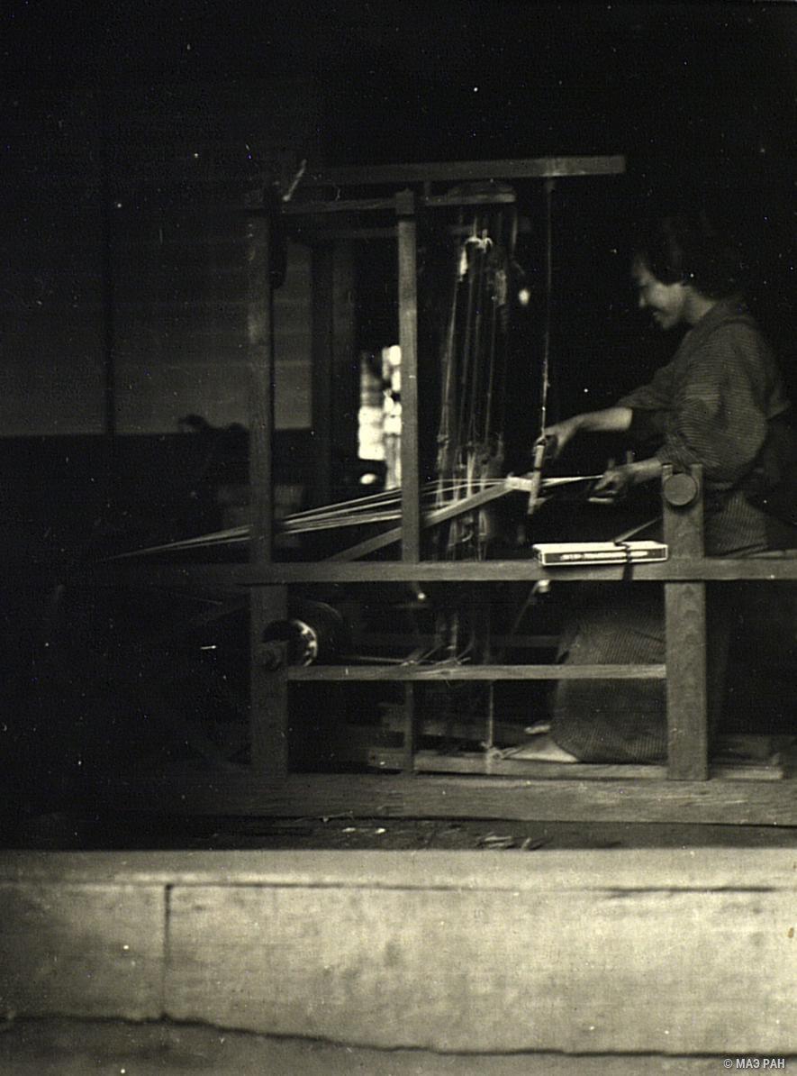 07. Крестьянка за ткацким станком. Префектура Токио, Татикава местность