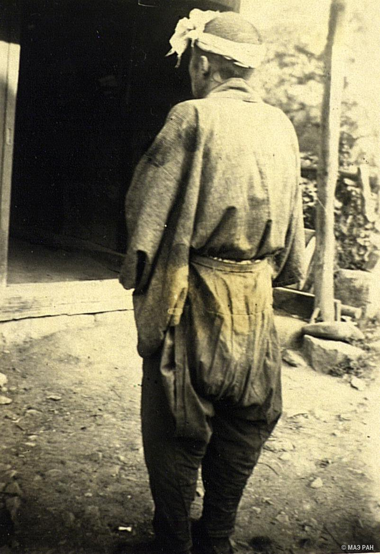 04. Крестьянин в рабочем костюме (вид сзади). Префектура Токио