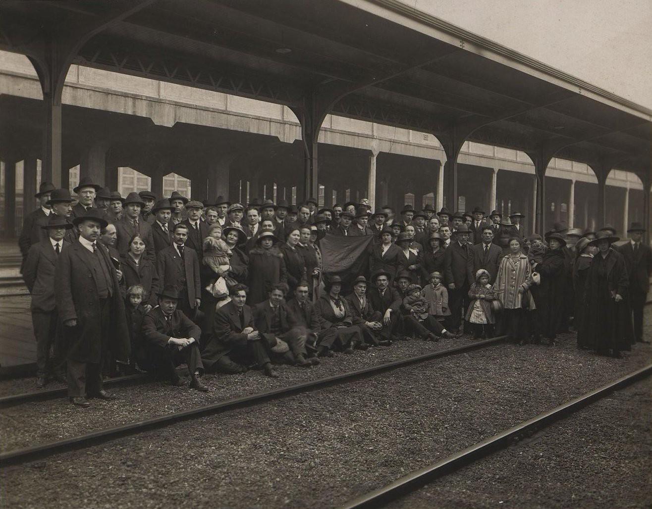 Май. Русские эмигранты на вокзале перед возвращением в Россию. Сиэттл
