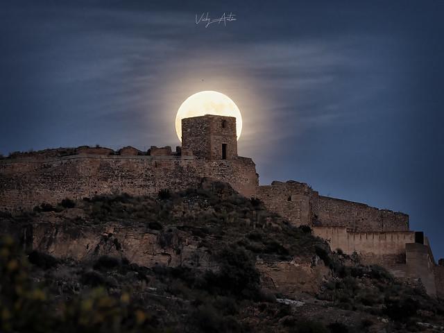 Luna llena sobre el castillo de Sagunto, Valencia