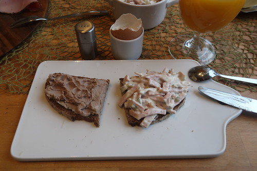 Preiselbeerleberwurst und Fleischsalat auf Steinofenbrot
