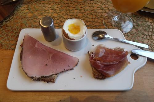 Pfefferkochschinken und Parmaschinken auf Steinofenbrot zum Frühstücksei