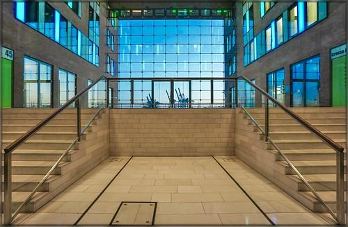 window fenster view hafen hamburg officebuilding bürogebäude bunt licht light körnchen59 elke körner sony 6000 flickr