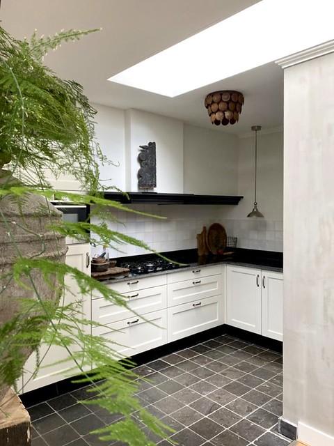 Witte keuken met zwart natuurstenen aanrechtblad