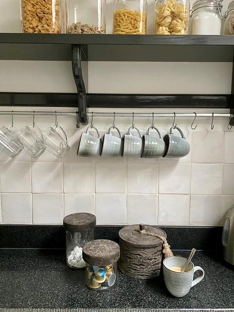 Mokken rek keuken potten met melk en suiker