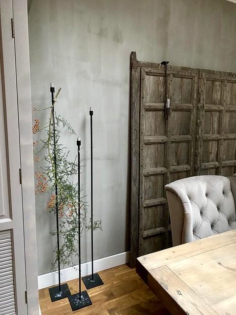 Oude Nepalese deuren 3 hoge vloerkandelaars wingchair asparagus