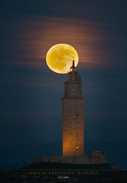 La Luna y la Torre  La Torre y la Luna  💙¡¡Menuda pareja!!💙 Imagen de hoy, hace un rato...