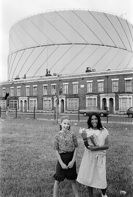 Girls, Gasholder, Poplar Gas Works, Rutland Terrace, Oban St, Poplar, Tower Hamlets, 1983 35v-55_2400