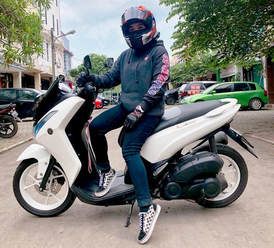 Lady Biker Yamaha Lexi