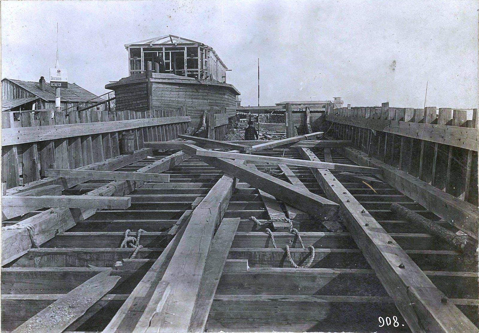 908. Крупный план части остова строящегося корабля